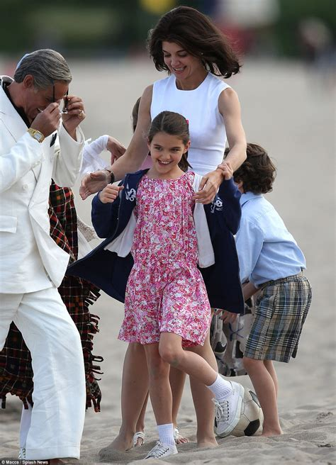 Kennedy Camelot Katie Holmes Cuddles Daughter Suri On Set Of The Kennedys