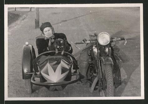 Motorrad Mit Beiwagen Berlin by Fotografie Motorrad Mit Seitenwagen Frau Mit Hund Im