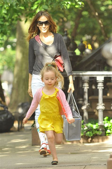 Sarah Jessica Parker With Her Daughter | sarah jessica parker carries her daughter in nyc zimbio