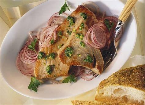 cucinare tonnetto intero filetti di tonno fresco cipolla e peperoncino