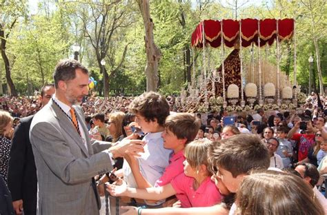 comienza la semana santa de la familia real el rey siente la tradicion de los oficios de