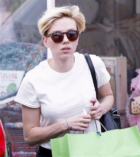2015 scarlett johansen short hair 2015 scarlett johansson with very short blonde hair shopping