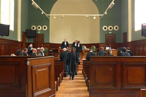 banco di napoli santa capua vetere insolita incursione in tribunale in aula durante il
