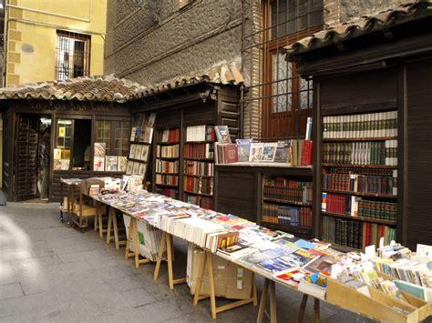libreria san una bancarella di libri e una fetta di torta streetlib