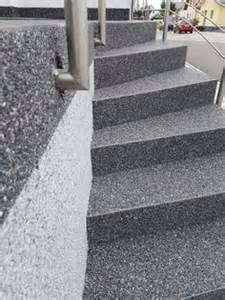 natursteinteppich treppe steinteppich hellgrau weiss aussenbereich treppe