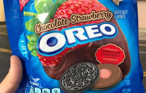 oreo strawberry chocolat chocolate strawberry oreos just made our shopping list