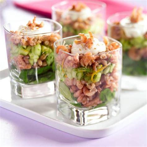 amuses met bloemen garnalencocktail met komkommer recept smulweb nl