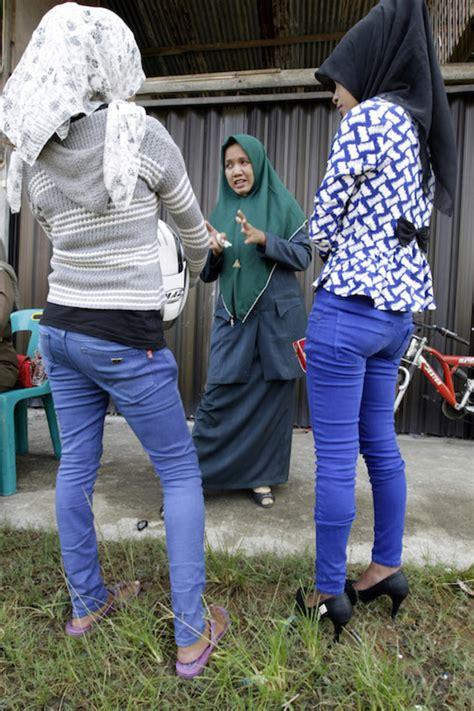 Celana Pensil Menurut Islam syariat islam di aceh hrw sebut penerapannya langgar ham