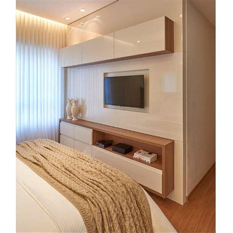 quarto de casal painel tv pain 233 is e televis 227 o painel de tv para o quarto se o espa 231 o entre a cama e