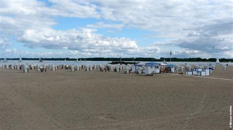 strand themenb der strand an der promenade mit strandk 246 rben und ostsee bei