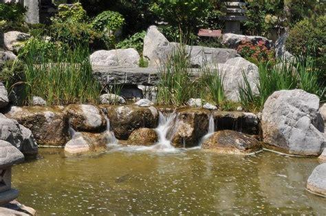 come costruire un laghetto da giardino laghetto in giardino come realizzarlo arredamento