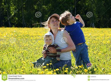 mama es cojida por sus dos hijos familia feliz de madre y de dos hijos foto de archivo
