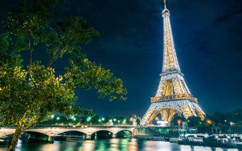illuminazione tour eiffel sotto il cielo di parigi tgtourism