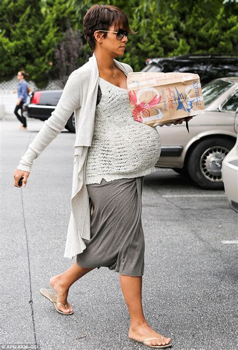 Best Maternity Style Halle Berry by Halle Berry Masters Maternity Chic As She Stops By The