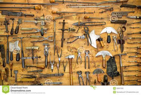 Teh Kotak Eceran старые инструменты на стене стоковое изображение