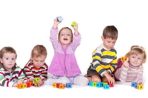 imagenes de niños jugando en el jardin de infantes im 225 genes de ni 241 os felices jugando y con frases tiernas