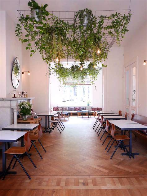 étagères Suspendues Plafond by Chyl Est Un Restaurant Bio Organique 224 Bruxelles Dans Le