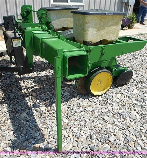 john deere 7100 two row plate less planter item az9989