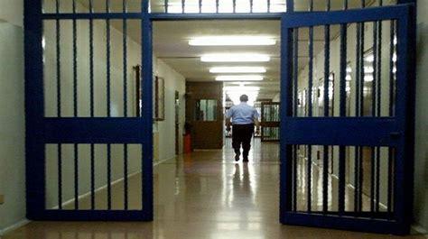 casa circondariale arezzo detenuto brindisino tenta di ammazzarsi in carcere a lecce