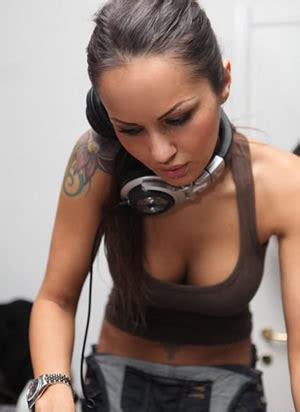 female perform dj catatan chepot