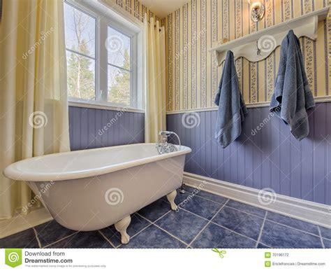 bagno stile antico bagno giallo e di stile antico fotografia stock