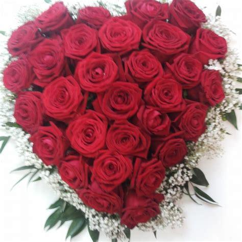 fiori rosse festa della mamma regalagli un cuore di rosse