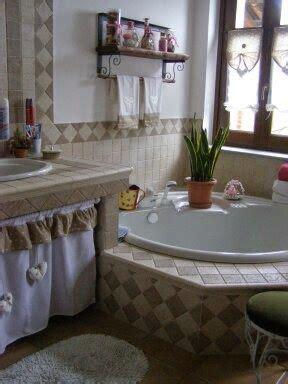 Tendina sotto lavello, tendine a vetro e asciugamani in