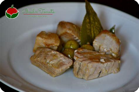come cucinare il tonno fresco in padella tonno fresco in padella con olive e aceto basil tomato