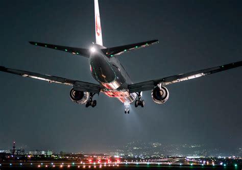 imagenes asombrosas de aviones brillantes fotos nocturnas de aviones que resaltan la