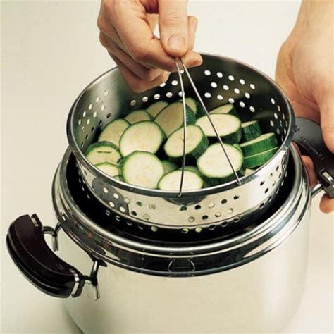 cucinare a vapore con cestello come usare la pentola pressione arancione e viola