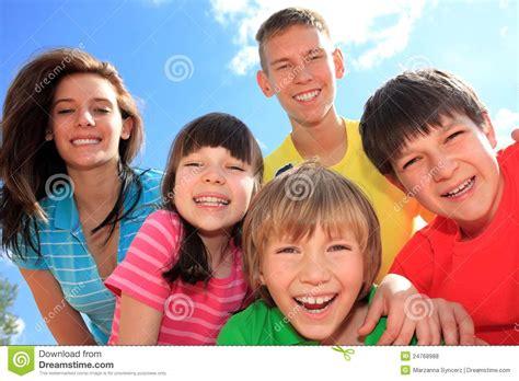 imagenes de niños y adolescentes grupo de ni 241 os felices foto de archivo imagen de familia