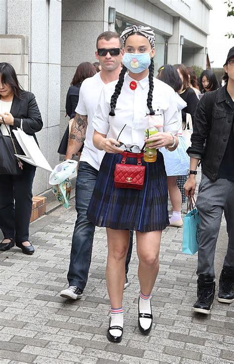 Korean Fashion Impress Bag Broken White Tas Fashion Ko Grosir 1 来日したケイティ ペリー 独特過ぎるマスクファッション セレブ タイムズ セレブのデリシャスnewsをだらだら