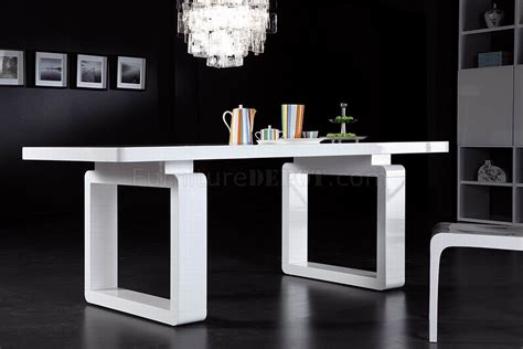 White Finish Modern Dining Table w/Elegant Legs