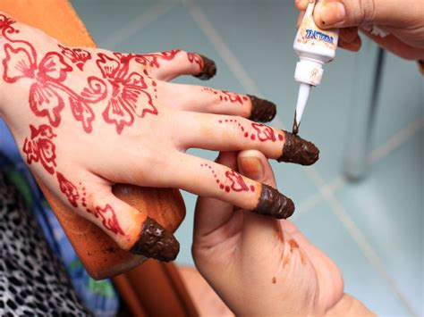 ways to use henna for great nails boldsky com