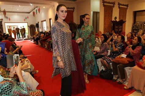 Rancangan Batik Danar Hadi gaul solopos fashion show sambut lebaran bahagia dengan busana danar hadi batik