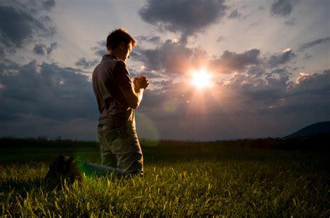 imagenes de un hombre orando a dios un trofeo al poder de la oraci 211 n iglesia monte de sion