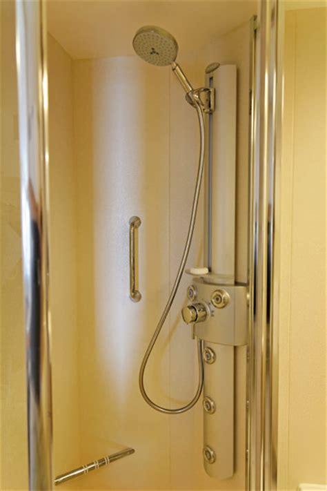 schmaler duschkopf ein hauch luxus 225 la concierge aqua class