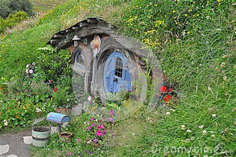 hobbit haus thüringen hobbit haus mit blauer t 252 r redaktionelles stockfotografie
