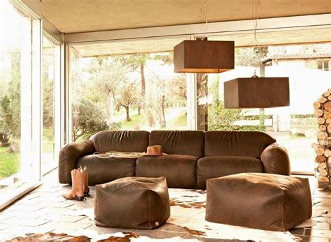 cuscino tra le gambe divani in pelle di design