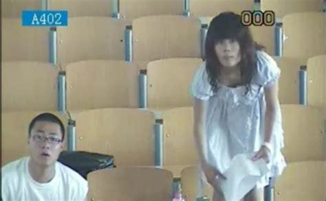 Tirai Burung Dan Sepasang Kekasih foto sepasang kekasih bercinta dalam ruang kuliah nuansa
