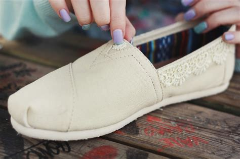diy toms shoes the wedding series diy lace toms collab with buzzfeed