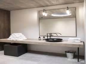 dalles beton et plan vasque bois dans salle de bain zen