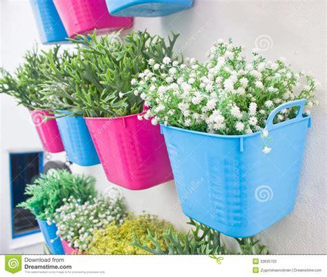 platic bloemen plastic bloemen met kleurrijke plastic vaas stock