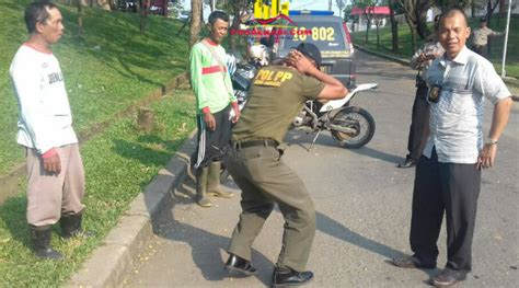 Pentungan Polisi Security Pol Pp ini foto asn satpol pp dan security di hukum polisi bekasi onlinebekasi