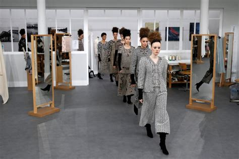 Anting Fashion Branded Chanel 2 lagerfeld pays tribute to atelier seamstresses at chanel show zhiboxs fashion show