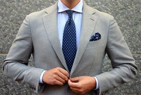 what colour pocket square goes best with a grey suit and