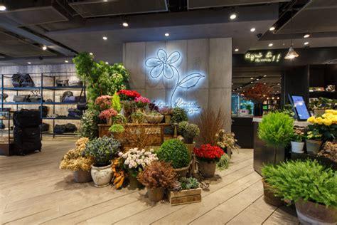 agnes  rue de marseille opens   art mall