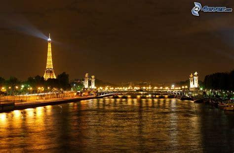 torre eiffel di notte illuminata parigi