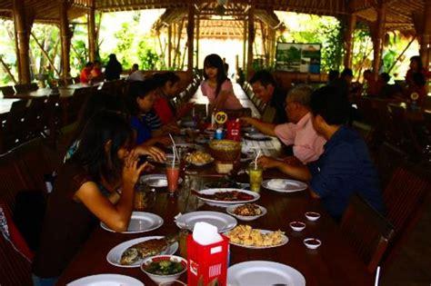Makan Meja Restoran Angke meja makan panjang di tengah restoran 2 foto