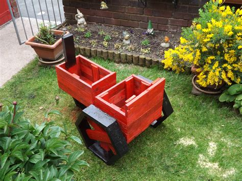 Pallets Made Planter Tractor   Pallet Ideas: Recycled / Upcycled Pallets Furniture Projects.